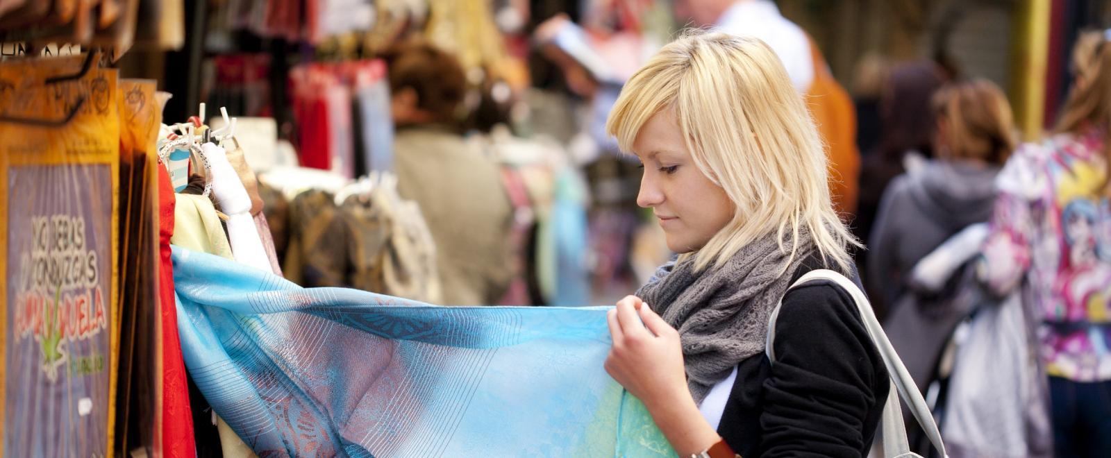 Une femme apprend le concept de consommation éthique à l'étranger.